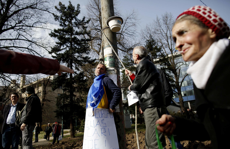 Des manifestants simulent une exécution lors d'un rassemblement à Sarajevo, le 17 février 2014.
