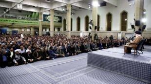 جمعی از معلمان، فرهنگیان و دانشجویان، صبح یکشنبه ١٧ اردیبهشت/ ۷ مه با آیتالله خامنهای، دیدار کردند.