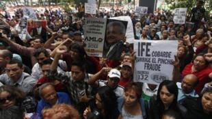 Les supporters d'Andres Manuel Lopez Obrador protestent contre les résultats des élections, à Mexico le 12 juillet 2012.