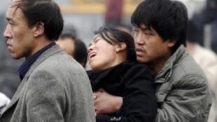 Thân nhân các thợ mỏ bị nạn ở Sơn Tây khắc khoải chờ đợi tin tức người thân.