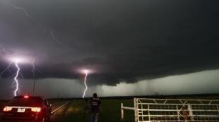 Tornados assustam população de Oklahoma, duas semanas após outro fenômeno devastar a região.