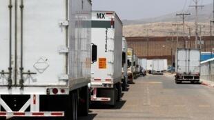 Camiones esperando en fila para el control de aduanas en la frontera con Estados Unidos en el Otay Mesa Port of Entry, Tijuana, México, el 7 de junio, 2019.