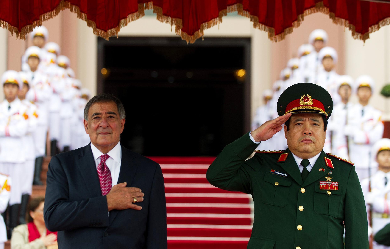 Bộ trưởng  Phùng Quang Thanh tiếp đồng nhiệm Mỹ Leon Panetta ngày 04/06 tại Bộ Quốc phòng  Việt Nam (Reuters)