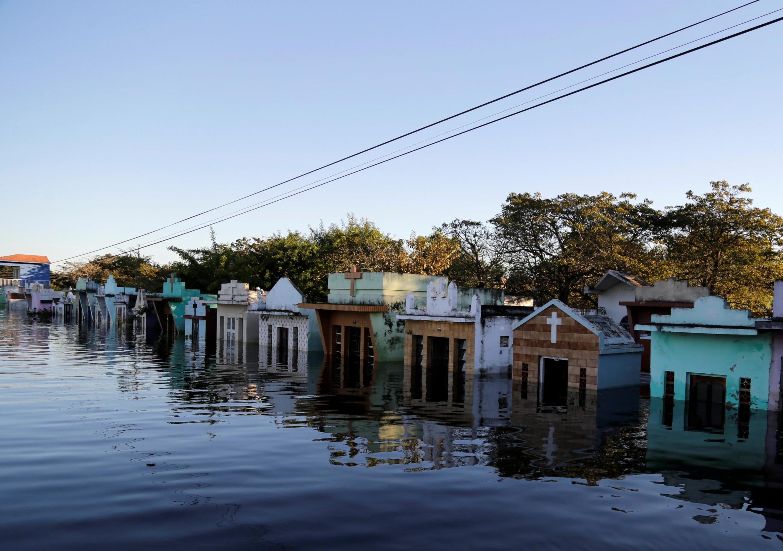 Un cementerio inundado por la crecida del río Paraguay, en la periferia de Asunción. 25 de mayo de 2019