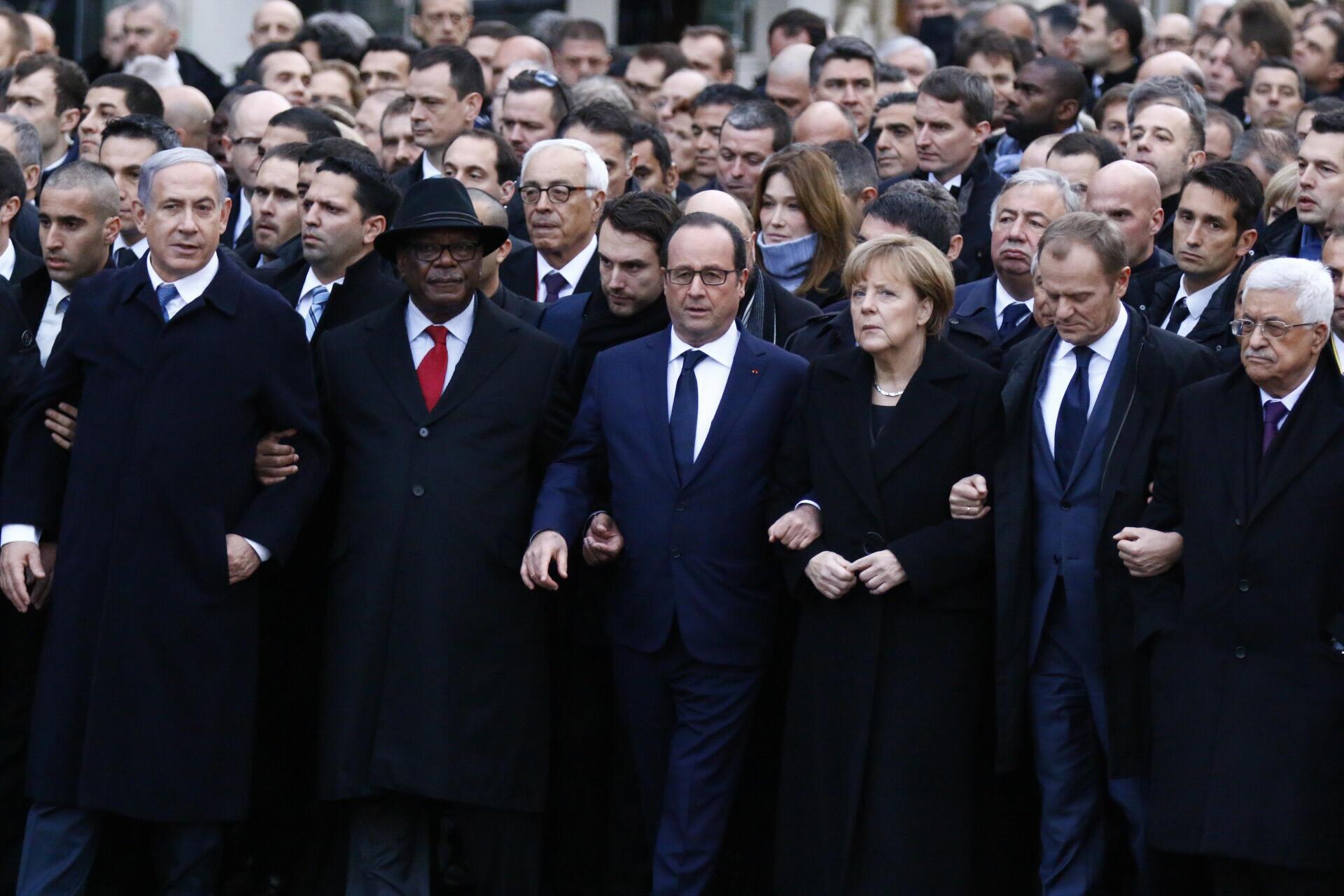 Líderes mundiais desfilam ao lado do presidente francês François Hollande durante a marcha republicana de homenagem às vítimas do terrorismo.