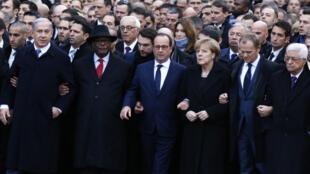 Os chefes de Estado ao lado do Presidente François Hollande durante a marcha republicana organizada no 11 de Janeiro, em Paris