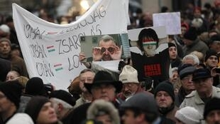 Hàng ngàn người biểu tình phản đối chính phủ trước trụ sở Quốc hội Hungary, Budapest, 23/12/2011