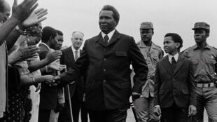 Photographie datée de 1979. Au premier plan, Francisco Macias, ancien président de la Guinée équatoriale. En arrière plan à droite, Teodoro Obiang, alors lieutenant-colonel, l'observe.