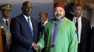 Mohammed VI, le roi du Maroc accueilli par le président sénégalais, Macky Sall, à l'aéroport de Dakar, le 6 novembre 2016. Le Roi a effectué une cinquantaine de visites en Afrique subsaharienne depuis son accession au trône en 1999.