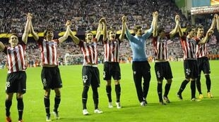 'Yan wasan Bilbao a lokacin da suke murnan lashe wasan tsallakewa zuwa buga wasan karshe a Europa League