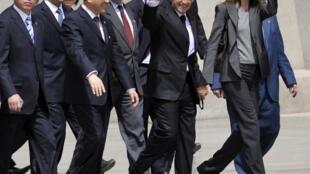 Tổng thống Pháp Nicolas Sarkozy và phu nhân đến thăm bảo tàng các chiến binh bằng đất nung tại Thiểm Tây ngày 28/4/2010.