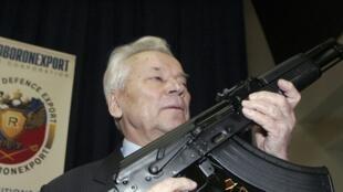 Mikhaïl Kalachnikov, l'ingénieur russe avec le fusil d'assaut AK-47 qu'il a conçu, l'arme la plus meurtrière au monde.