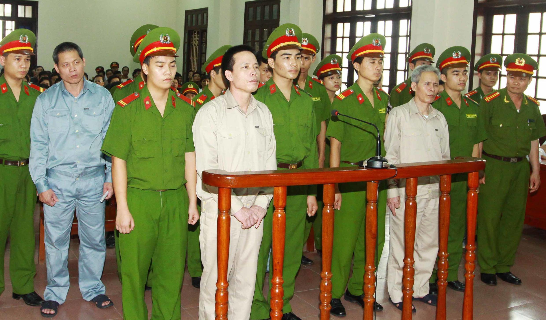 Các bị cáo Đoàn Văn Vươn, Đoàn Văn Quý và Đoàn Văn Sinh, tại tòa án Hải Phòng. Ảnh chụp tháng 4/2013