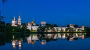 Une vue nocture du convent de Novodevichy, le 4 juillet 2007.