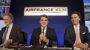Now the good news - Air France CEO Frederic Gagey (L), Air France-KLM chairman and CEO Alexandre de Juniac (C) and KLM CEO Camiel Eurlings (R) prepare to announce Air France-KLM 2013 annual results