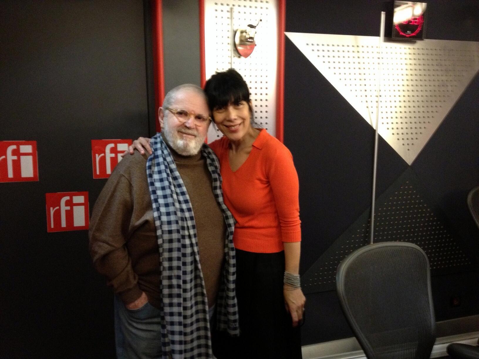 Jô Soares e a jornalista Leticia Constant no estúdio 158 da Maison de la Radio, em Paris.