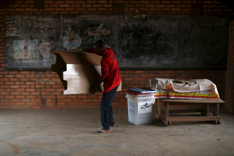 Préparation d'un bureau de vote à Bangui pour la présidentielle et les législatives en RCA, le 14 février 2016.