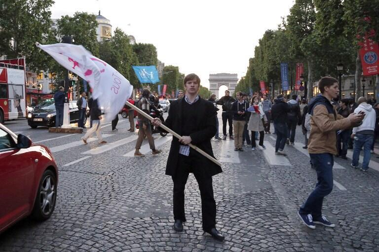 Desde o sábado, manifestantes anticasamento gay invadiram a avenida dos Champs Elysées.