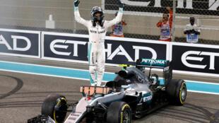Nico Rosberg celebra a conquista do título mundial ao chegar em segundo lugar no GP de Abu Dhabi, em 27 de novembro de 2016