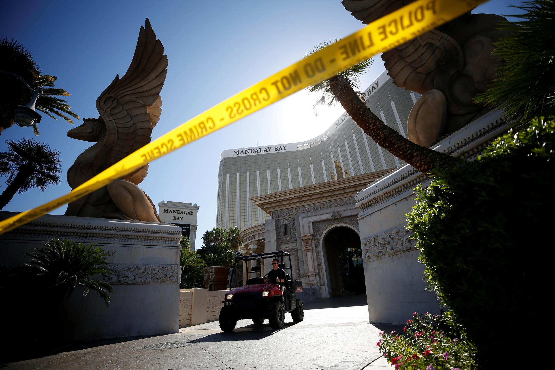 Một nhân viên FBI rời khách sạn Mandalay Bay, Las Vegas, ngày 04/10/2017.