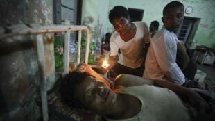 Feridos se aglomeram nos hospitais de Mianmar, vítimas dos confrontos entre budistas e a minoria muçulmana Rohingya, no oeste do país.