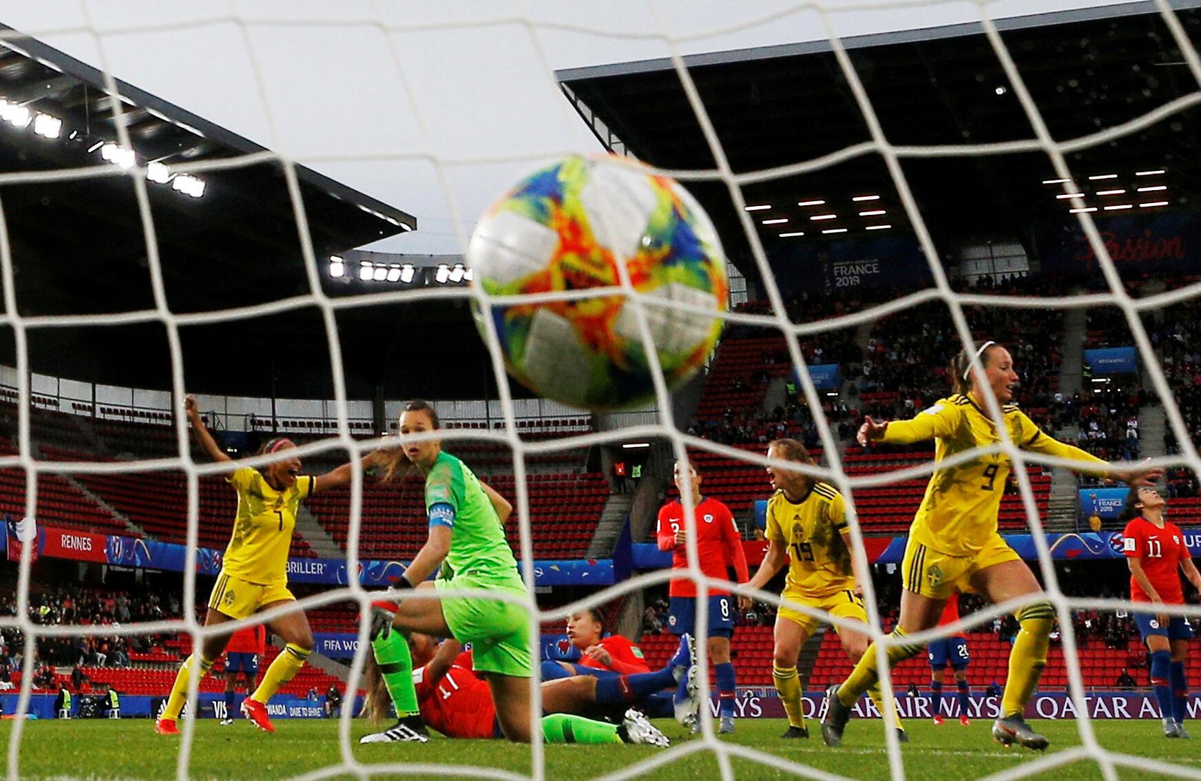 Nada pudo hacer la capitana y arquera chilena Christiane Endler ante la insistencia de las suecas. Kosovare Asllani celebra el primer gol. 83'