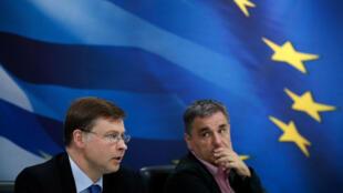 O vice-presidente Valdis Dombrovskis durante coletiva junto com o ministro das Finanças grego, Euclid Tsakalotos, no Ministério das Finanças em Atenas, Grécia, em 15 de junho de 2018.