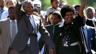 Nelson Mandela en compagnie de Winnie, après sa libération, le 11 février 1990.