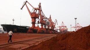 Des minéraux rares sont extraits des sols pour être chargés au port de Lianyungang, dans la province du Jiangsu et exportés vers le Japon.