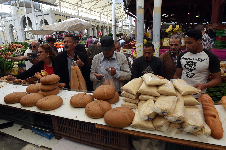 Des Tunisiens achètent du pain, dans un marché de Tunisie, au premier jour du mois de ramadan, le 17 mai 2018.