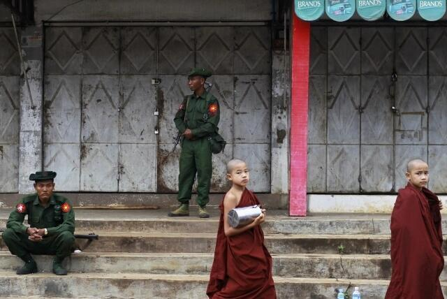 Quân đội vãn hồi trật tự ở thành phố Lashio sau bạo động gữa người Hồi giáo và Phật giáo cuối tháng 05/2013.