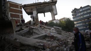 En Turquie, au surlendemain de la secousse, dont la magnitude a été évaluée à 7 sur l'échelle de Richter, les secouristes ont retrouvé davantage de corps sans vie.