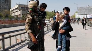 نجات خردسالان از درگیری در وزارت مخابرات و تکنالوژی کابل. شنبه ۳۱ حمل/ ۲۰ آوریل ٢٠۱٩