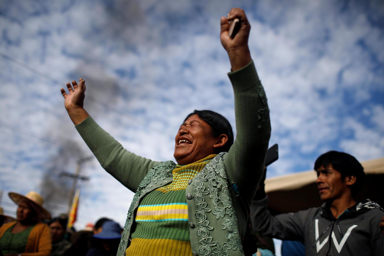 À Sacaba, dans la région de Cochabamba, des proches en pleurs après la répression dans le sang de manifestations de producteurs de coca.
