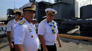 Chuẩn đô đốc Nga Eduard Mikhailov (P) và thiếu tướng Hải Quân Philippines Francisco Gabidao, bên cạnh tầu khu trục chống ngầm Đô Đốc Tributs, cập cảng Philippines. Ảnh chụp ngày 03/01/2017.