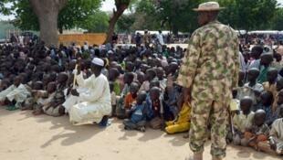 Askari akitoa ulinzi kwa mamia ya watu waliotoroka makaazi yao kutokana na mashambulizi ya kundi la Boko Haram katika kambi ya wakimzi wa ndani ya Maiduguri, katika Jimbo la Borno.