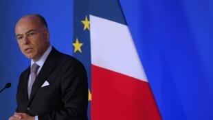 Le ministre français de l'Intérieur, Bernard Cazeneuve, lors d'une conférence de presse, le 29 août à Paris.