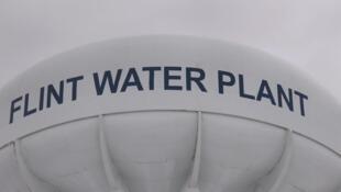 Un château d'eau à Flint, Michigan.