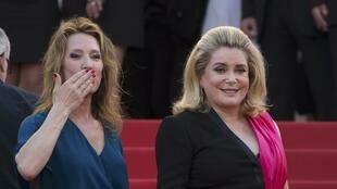 La réalisatrice Emmanuelle Bercot (à gauche) aux côtés de Catherine Deneuve, lors de la montée des marches du Festival de Cannes, le 13 mai 2015.