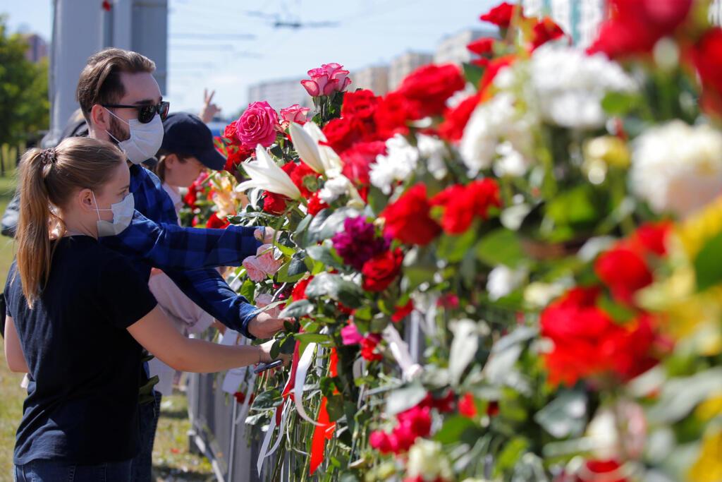 В Минске на Пушкинской площади бойцы ОМОНа разогнали жителей, которые принесли цветы на место смерти протестующего.