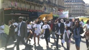 Manifestantes guineenses nas ruas de Paris