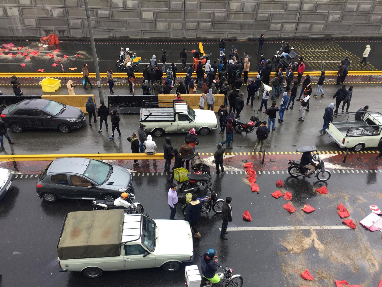 Người biểu tình trong làn hơi cay của cảnh sát trên một quốc lộ ở Teheran, Iran, ngày 16/11/2019.