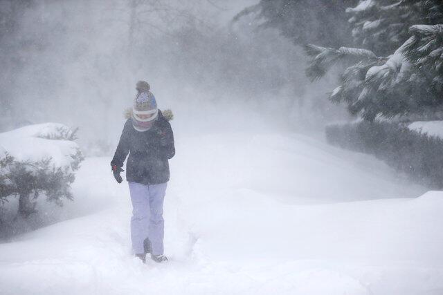 Menina caminha em Istambul, na Turquia, na manhã deste sábado (7), durante a tempestade de neve.