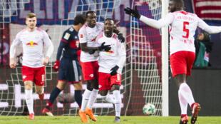 Le Guinéen Naby Keita félicité par ses partenaires de Leipzig.