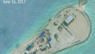 Đá Chữ Thập (Fiery Cross Reef), quần đảo Trường Sa, nhìn từ trên không. Ảnh chụp của Asia Maritime Transparency Initiative. Công bố ngày 16/06/2017