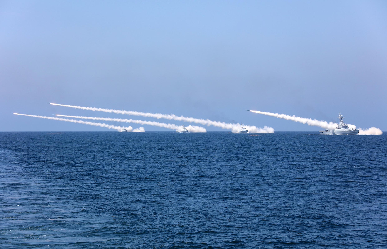 Tàu Trung Quốc thường xuyên tập trận bắn đạn thật. Ảnh chụp ở biển Bộc Hải, ngày 07/08/2017.