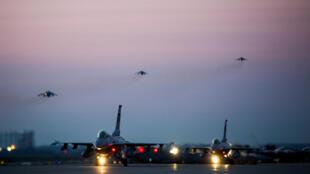 Des chasseurs américains F-16 lors d'exercices militaires sur la base de Kunsan en Corée du Sud, le 26 avril 2017.