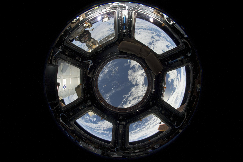 Vue sur la terre d'une station spaciale internationale (NASA), juin 2013. Une capsule russe Soyuz est visible côté gauche.