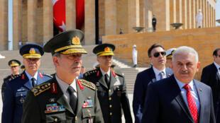Thủ tướng Thổ Nhĩ Kỳ Binali Yildirim (P), và tham mưu trưởng, tướng Hulusi Akar (T) sau cuộc họp Hội Đồng Quân Sự Tối Cao, Ankara, ngày 28/07/2016