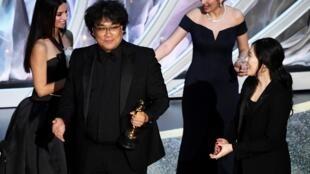 Le réalisateur sud-coréen Bong Joon-ho (au centre) a stupéfié la planète du 7e Art en remportant les Oscars de «meilleur réalisateur» et «meilleur film» pour «Parasite»; il incarne la nouvelle vague cinématographique de son pays.